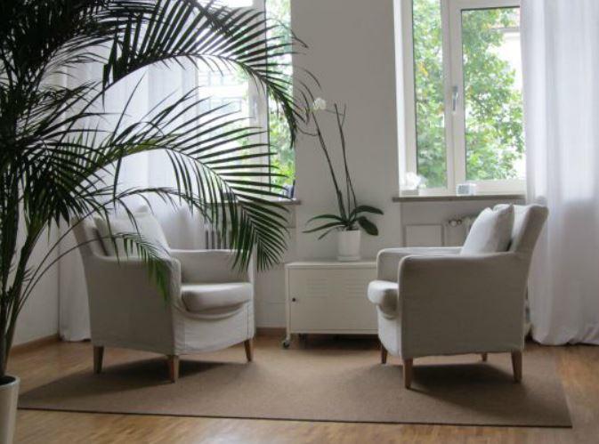 Praxis Raum Sessel nah Palmenblatt