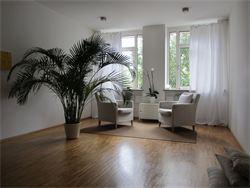 Praxisraum Sessel und Palme