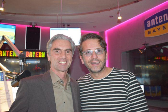 Matthias Dittert, Paarberater und Beziehungsexperte, mit Moderator Hakan Turan bei Radiosender Antenne Bayern