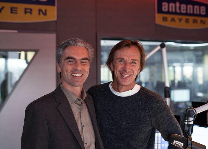 Matthias Dittert, Paarberater und Beziehungsexperte, mit Moderator Wolfgang Leikermoser bei Radiosender Antenne Bayern